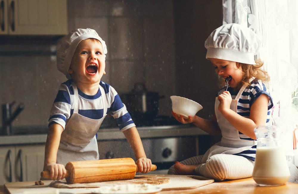 Por qué deberías de enseñar a cocinar a tus hijos desde edades tempranas