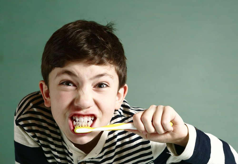 8 malos hábitos que producen problemas bucodentales en los niños